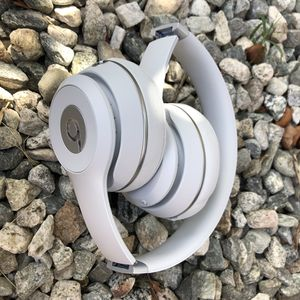 Beats Solo 3 Bluetooth wireless headphones 🎧 Matt White for Sale in South El Monte, CA