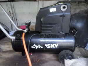 husky 8 gallon air compressor with hose for Sale in Miami, FL