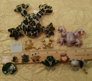 Jewelry LOT 10 * FROG Brooches / Pins 10 plus 2 small bean bag FROGS for Sale in Vail, AZ