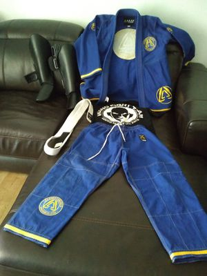 CHILDS MMA BRAZILIAN JIU-JITSU UNIFORM WITH SHIN GUARDS EXCELLENT CONDITION THICK MATERIAL FITS 9-11 yr old $100 Firm for Sale in Las Vegas, NV