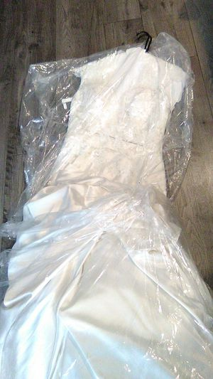 Excellent condition Wedding dress Size 6 veil inclued for Sale in Vista, CA