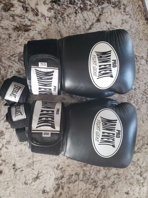 Leather like new PRO MAIN EVENT FIGHT GEAR boxing gloves for Sale in Sanger, CA