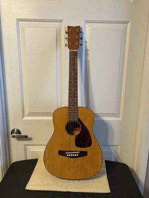 ADORABLE YAMAHA JUNIOR ACOUSTIC GUITAR WITH GIG BAG! for Sale in San Marcos, CA
