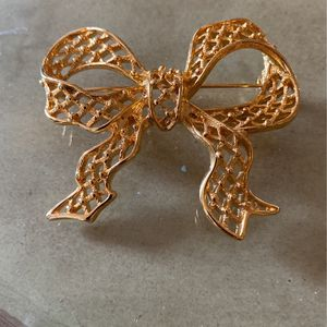 Lovely vintage bow goldtone 2 inch jewelry pin for Sale in West Palm Beach, FL