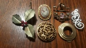 Cute vintage brooches. BEST OFFER!! ALL MY PRICES ARE NEGOTIABLE!! for Sale in New York, NY