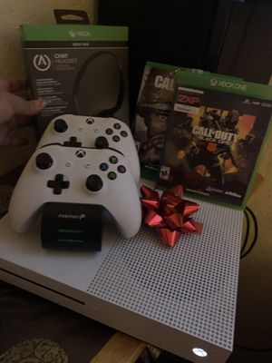 LOOK HERE!! XBOX ONE 500 GB - RARELY USED (ADULT FEMALE OWNED) for Sale in Pomona, CA