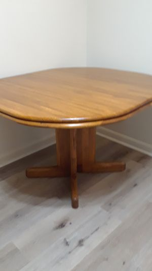 Solid wood pedestal dining table w 2 matching chairs. for Sale in Tarpon Springs, FL