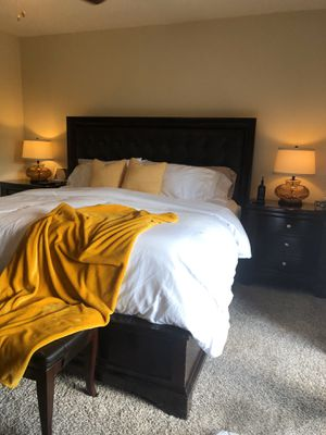 King Bedroom set complete with 2 nightstands and dressers for Sale in Hialeah, FL